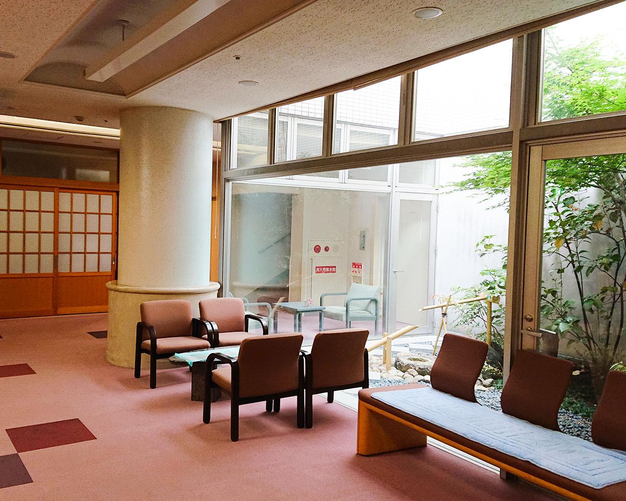 泉北園百寿荘の1階ホール・中庭
